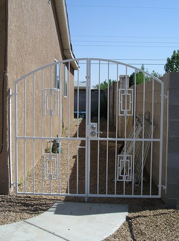 Arched gate with contemporary design