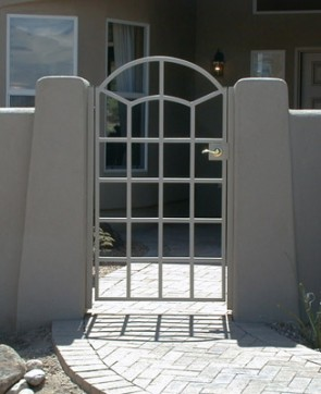 Courtyard gate with Arched top and forged pickets