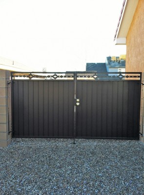Pr. of gates with High Desert design and solid metal
