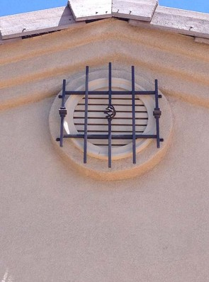 Round window grill with knuckles and baskets design