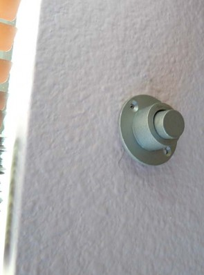 push rod that activates the exterior latch by pushing the button