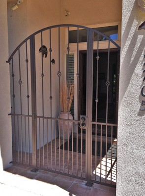 Arched enclosure with Knuckles and Baskets design