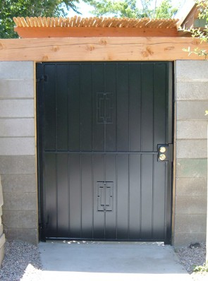 Gate with Contemporary design and solid metal