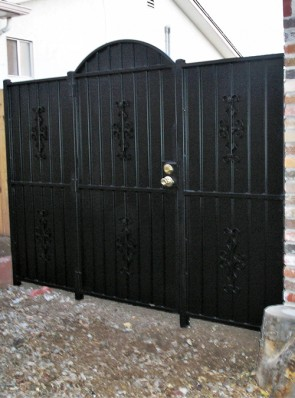 Arched gate and fence with Seville design and solid metal