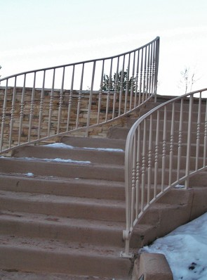 Curved step railing with spindle pickets